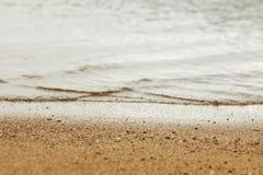 Beschaffenheit von Yellow- Seasand und Meerwasser, Horizont zwischen Meer und Küste, unscharfer Hintergrund stockfotos