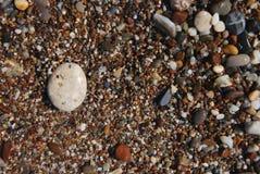 Beschaffenheits-Kiesel mit verschiedener Farbe von Steinen auf dem Strand ferien Feiertag Lizenzfreies Stockfoto