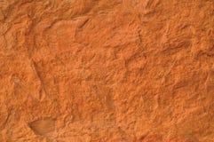 Beschaffenheits-Makronahaufnahme des roten Backsteins, alter ausführlicher rauer Schmutz maserte Kopienraumhintergrund, vertikale Stockbild