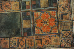 Beschaffenheitsfliesenboden in einer Mosaikart Stockfotos