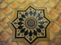 Beschaffenheitsfliesenboden in einer Mosaikart stockbilder