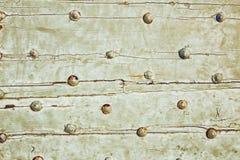 Beschaffenheitshintergrund-Eisenniete auf Holzoberfläche Stockfotografie
