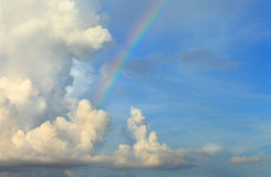 Beschaffenheitsregenbogen des Hintergrundes des blauen Himmels der Wolke bewölkter Stockbild