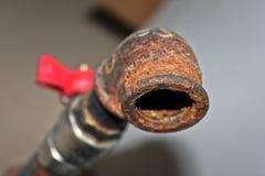 Beschaffenheitsrost auf dem Hahn für Wasser Rostiger Kran für industrielles Stockfoto