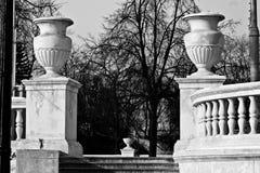 Beschaffenheitsschüsseln auf dem Zaun Stockfoto