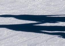 Beschatten Sie Hintergrund der Gruppe Jugendlicher auf dem Eis Stockfoto