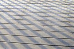 Beschatten Sie Muster auf schneebedeckter Plattform am Wintertag Stockfotografie