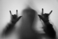 Beschatten Sie Unschärfe des Horrormannes in der Jacke mit Haube Hände tun als symb Lizenzfreies Stockfoto