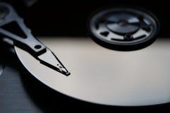 Beschattete Nahaufnahme einer abgenommenen Festplatte. Lizenzfreie Stockbilder