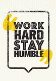 Bescheiden de Motivatiecitaat van het het werk Hard Verblijf Het creatieve Vectorconcept van de Typografieaffiche stock illustratie