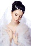 Bescheiden jonge vrouw met gesloten die ogen op witte studioachtergrond gekleed wordt geïsoleerd in de kaap van organza en mooie  Royalty-vrije Stock Afbeelding