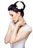 Bescheiden jonge vrouw met mooi die kapsel op witte studioachtergrond wordt geïsoleerd Stock Afbeelding