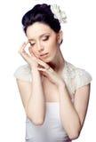 Bescheiden jonge vrouw met mooi die kapsel op witte studioachtergrond wordt geïsoleerd Stock Fotografie