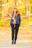 Bescheiden meisje in park stock foto's