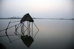 Bescheiden strohut van Indische vissers in de Ganges, Sunderband, India royalty-vrije stock foto's