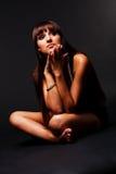 Bescheidenes attraktives junges Mädchen im schwarzen Kleid Stockfotos