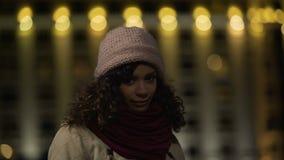 Bescheidenes biracial Mädchen, das für Kamera mit Lächeln auf Gesicht, optimistische Person aufwirft stock video footage