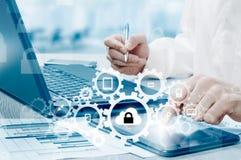 Bescherm de gegevensconcept van de wolkeninformatie Veiligheid en veiligheid van wolkengegevens Royalty-vrije Stock Foto's