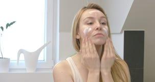 Bescherm huid door room stock footage
