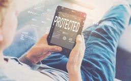 Beschermd met de mens die een tablet gebruiken royalty-vrije stock foto