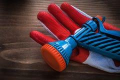 Beschermend handschoen en tuin de landbouwconcept van het waterpistool royalty-vrije stock afbeelding