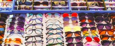 Beschermende brillen, vlekken en schaduwen voor verkoop in een winkel stock foto