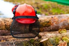 Beschermende helm die op de logboeken liggen Stock Foto's