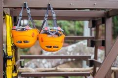 Beschermende helmen voor bergbeklimming Stock Afbeeldingen