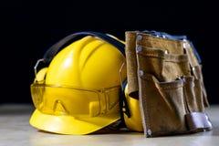Beschermende kleding en hulpmiddelen die op de workshoplijst liggen Koop a royalty-vrije stock afbeelding