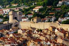 Beschermende stadsmuur, Minceta-toren en huizen met rode tegels in Dubrovnik, Kroatië Stock Afbeeldingen