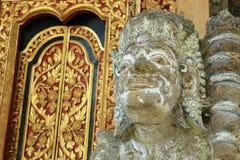 Beschermerbeeldhouwwerk bij de geesthuis van Bali Stock Afbeeldingen