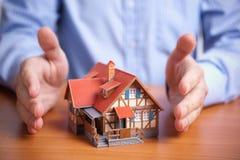 Bescherming (het binnenlandse concept van de bezitsverzekering) Stock Fotografie