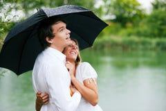 Bescherming tegen de de zomerregen Royalty-vrije Stock Afbeeldingen