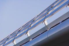 Beschermingsomheining in opgeheven brug stock afbeelding