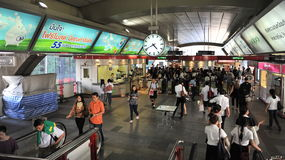 Beschäftigte Bahnstation Lizenzfreie Stockfotos