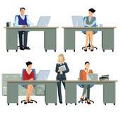 Beschäftigte Büroangestellte an ihren Schreibtischen Lizenzfreie Stockfotos