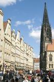 Beschäftigte Einkaufsstraße und Lambertus-Kirche Stockbild
