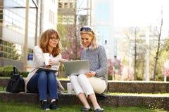 Beschäftigte Geschäftsfrauen Lizenzfreies Stockfoto