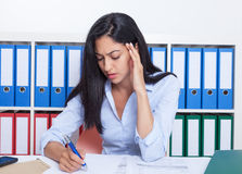 Beschäftigte türkische Geschäftsfrau im Büro Lizenzfreies Stockbild
