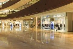 Beschäftigtes interrior Einkaufszentrum in Guangzhou China; moderne Einkaufszentrenhalle; speichern Sie Mitte; Shopfenster Stockfotos