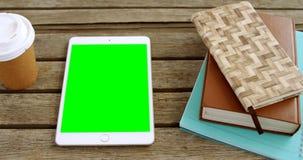 Beschikbaar glas, digitale tablet en organisator op lijst 4k stock videobeelden