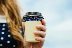 Beschikbaar glas met koffie stock fotografie