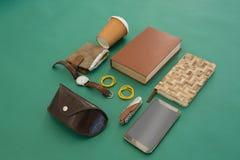 Beschikbaar glas, portefeuille, organisator, polshorloge, zakmes, mobiele telefoon en zonnebrilgeval op gr. stock fotografie