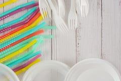 Beschikbaar plastic platen, vorken en stro Hoogste mening, exemplaarruimte Plastic vrij concept Plastic voor éénmalig gebruik, ev royalty-vrije stock afbeeldingen
