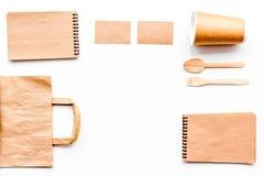 Beschikbaar vaatwerk Document kop, lepel, vork dichtbij pakpapierzak en het exemplaar ruimtespot van de notitieboekje hoogste men stock afbeelding