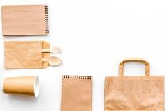 Beschikbaar vaatwerk Document kop, lepel, vork dichtbij pakpapierzak en het exemplaar ruimtespot van de notitieboekje hoogste men stock afbeeldingen
