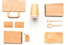 Beschikbaar vaatwerk Document kop, lepel, vork dichtbij pakpapierzak, etiket en spot van de notitieboekje de hoogste mening op pa royalty-vrije stock foto's