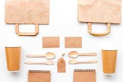 Beschikbaar vaatwerk Document kop, lepel, vork dichtbij pakpapierzak, etiket en spot van de notitieboekje de hoogste mening op pa stock foto