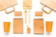 Beschikbaar vaatwerk Document kop, lepel, vork dichtbij pakpapierzak, etiket en spot van de notitieboekje de hoogste mening op pa stock foto's