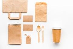 Beschikbaar vaatwerk Document kop, lepel, vork dichtbij pakpapierzak, etiket en spot van de notitieboekje de hoogste mening op pa royalty-vrije stock fotografie